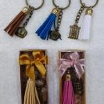 พวงกุญแจโลหะคละลายทองเหลืองพร้อมพู่หนังคละสีใส่กล่องไม้