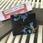 กระเป๋าสตางค์สั้น CHARLES & KEITH Peforated Wallet CK6-10770206 กระเป๋าสตางค์ พับ 3ตอน รุ่นใหม่ล่าสุดแบบ Limited Edition วัสดุหนัง Saffiano สีดำประดับลายดอกไม้ Van Goh สุดคลาสสิค ดีไซน์สวยเก๋ไม่ซ้ำใคร ด้านหน้าปั้มโลโก้ เปิดปิดด้วยกระดุมเเม่เหล็ก ภายใน