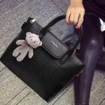 กระเป๋าหนังมีลายเป็นตารางที่ตัวกระเป๋า ที่เปิดปิดเป็นแม่เหล็กนะค