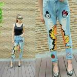 กางเกงยีนส์ผ้าด้านเอวสูงทรงกระบอกเล็ก งานปักเลื่อมแมวเหลืองกาฟิลด์