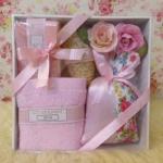 กิ๊ฟเซ็ทกล่องขาวสบู่ 1 ก้อน+ผ้า 12x12 นิ้ว+ถุงหอม+บวบ+ดอกไม้