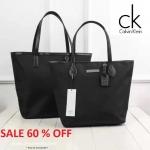 กระเป๋า Calvin Klein Shopping Bag ทรงชอปปิ้ง ลุคคลาสิค ใบใหญ่สีดำ ยี่ห้อ แบรนด์เนม แท้ พร้อมส่ง ที่ไทย รุ่นนี้เปิดปิดด้วยซิป ด้านหน้ามีแผ่นโลโก้ สายหนัง สีดำ แข็งแรงมากๆค่ะ น้ำหนักเบา ซับในสีดำทั้งใบ ภายในมีช่องเล็ก 1 ช่อง พรีเมี่ยมจากห้างเมื่อซื้อน้ำหอม