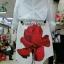 เซ็ต เสื้อแขนยาวสีขาว ผ้าป่าน ทรงคอปก กระดุมผ่าหน้า มาพร้อมกระโปรงสั้นสีขาวผ้ามอสเครป มีซับใน พิมพ์ลายดอกกุหลาบแดงดอกใหญ่ thumbnail 3