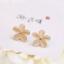 ต่างหูโอปอล ดอกไม้สีเบจ ขนาดเล็ก thumbnail 1