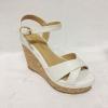 รองเท้าส้นเตารีดไซส์เล็ก รัดข้อเท้า ไขว้ X สีขาว หนังลายจระเข้ ไซส์ 32 รุ่น KR0524WH