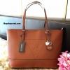 กระเป๋า GUESS SAFFIANO SHOPPER BAG สีน้ำตาล Free Ems