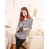 เสื้อเชิ้ตแขนยาว ลายแนวตั้งสีขาวและสีดำ