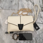 กระเป๋า KEEP Clutch bag with strap Size L สีขาว ขนาดใหม่คะ กระเป๋าสะพาย ปรับเก็บสายถือเป็น clutch bag ได้คะ