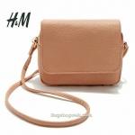 กระเป๋า H&M กระเป๋าสะพายข้าง หนังสวย สีสวย สดใส ใบเล็กกระทัดรัด สายสะพายสามารถปรับสั้นยาวได้แล้วแต่การใช้งานค่ะ มีไว้ไม่ตกเทรนเลยรุ่นนี้ เรียบแต่เก๋ Don't Miss จ้า
