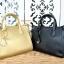 กระเป๋า CHARLES & KEITH LARGE CITY BAG (Gold & black ) กระเป๋าถือใบใหญ่ หนังลาย saffiano พร้อมสายสะพายปรับได้ ดีไซร์หนังลาย saffianoเรียบหรู เปิด-ปิดด้วยซิป หนังสวยอยู่ทรง ด้านข้างสามารถปลดกระดุมเพื่อเพิ่มความจุได้ สายสะพายยาวสามารถปรับได้ค่ะ thumbnail 2