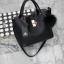กระเป๋า Keep 2 in 1 สีดำ ปรับเก็บทรง ได้ถึง 2 แบบ มาพร้อมพวงกุญแจ ปอมปอม ฟรุ้งฟริ้ง น่ารักมากคะ thumbnail 2