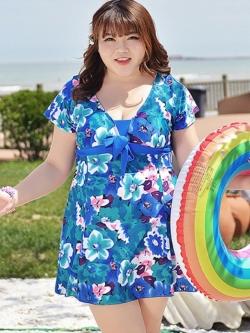 ชุดว่ายน้ำคนอ้วน ไซส์ใหญ่พร้อมส่ง :ชุดว่ายน้ำแฟชั่นสีน้ำเงินแต่งลายดอกไม้สีสันสดใสแบบเก๋ มีกางเกงขาสั้นใส่ด้านใน น่ารักมากๆจ้า:รอบอก46-58นิ้ว เอว36-48นิ้ว สะโพก40-52นิ้วจ้า