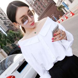เสื้อคอกว้าง สีขาว แขนสามส่วน