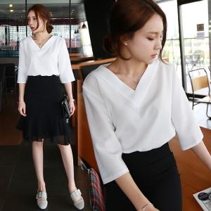 เสื้อแฟชั่นเกาหลี คอวี แขน 4 ส่วน สีขาว